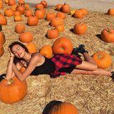 Von Starallüren keine Spur: Supermodel Irina Shayk legt sich ganz lässig auf den Boden für ein lustiges Foto im sonnigen Kürbisfeld.