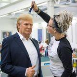 Die Wachsfigur von US-Präsident Donald Trump bekommt in den Londoner Werkstätten den letzten Feinschliff. Sie kann ab dem 17. Oktober 2017 in der Berliner Niederlassung von Madame Tussauds besichtigt werden. Für Besucher wird es wohl verdammt schwierig sein, sich ein Durchwuscheln der besonders gelungenen Haartolle zu verkneifen.