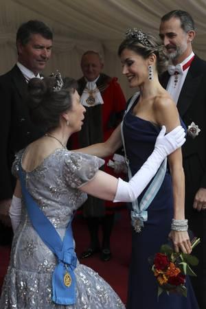 Prinzessin Anne wurde zwar als Prinzessin (und Tochter einer Königin) geboren, steht aber im Rang unter Königin Letizia, die als Bürgerliche den spanischen Thronfolger geheiratet hat.