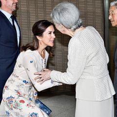 Als Kronprinzessin herrscht für Mary von Dänemark natürlich Knickspflicht vor der japanischen Kaiserin Michiko.