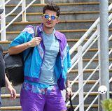 Zurück in die 80er Jahre? Zumindest sieht dieses Outfit von Sänger John Mayer ganz danach aus! Stylisch ist anders! Vor allem aber die Kombination mit seinem Luxus-Rucksack ist doch mehr als fragwürdig