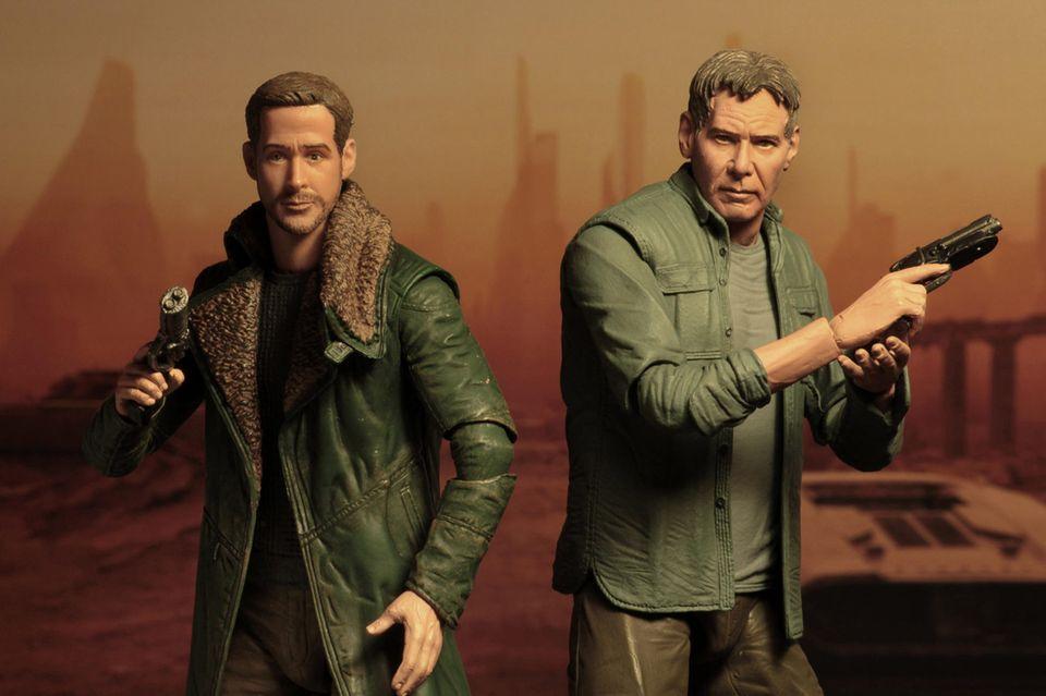 """Ryan Gosling und Harrison Ford bekommen ihre eigenen Actionfiguren: In ihren Rollen im Kinofilm """"Blade Runner 2049"""" brillieren sie nicht nur als Schauspieler, sondern erwärmen Sammlerherzen auch als coole und sehr gut getroffene Miniaturen."""
