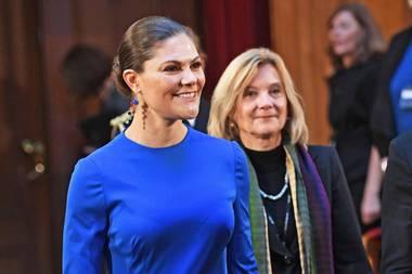 Diese Farbe ist für Prinzessin Victoria als königlicher Hochkaräterin wirklich angemessen: Royalblau! Sie ist in diesem leuchtenden Outfit beim Besuch eines Seminar anlässlich des 100. Jubiläum von Finnlands Unabhängigkeit wirklich nicht zu übersehen.