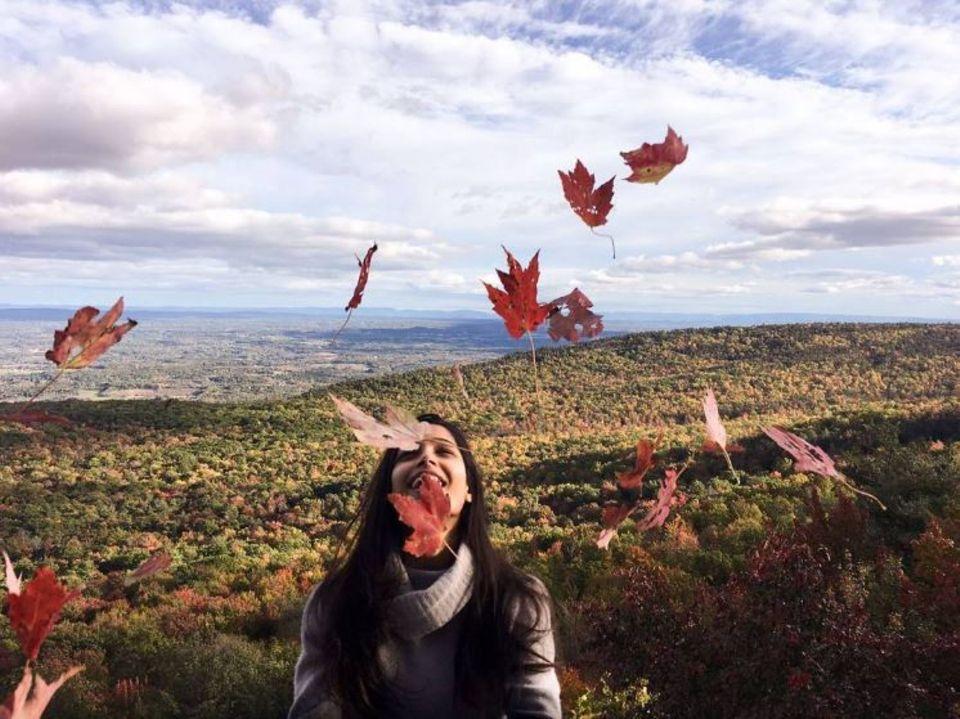 """18. Oktober 2017  Schauspielerin Freida Pinto postet ein herrlich herbstliches Foto: Dazu schenkt die """"Slumdog Millionär""""-Darstellerin ihren Fans wunderschöne, lebensbejahende Worte."""