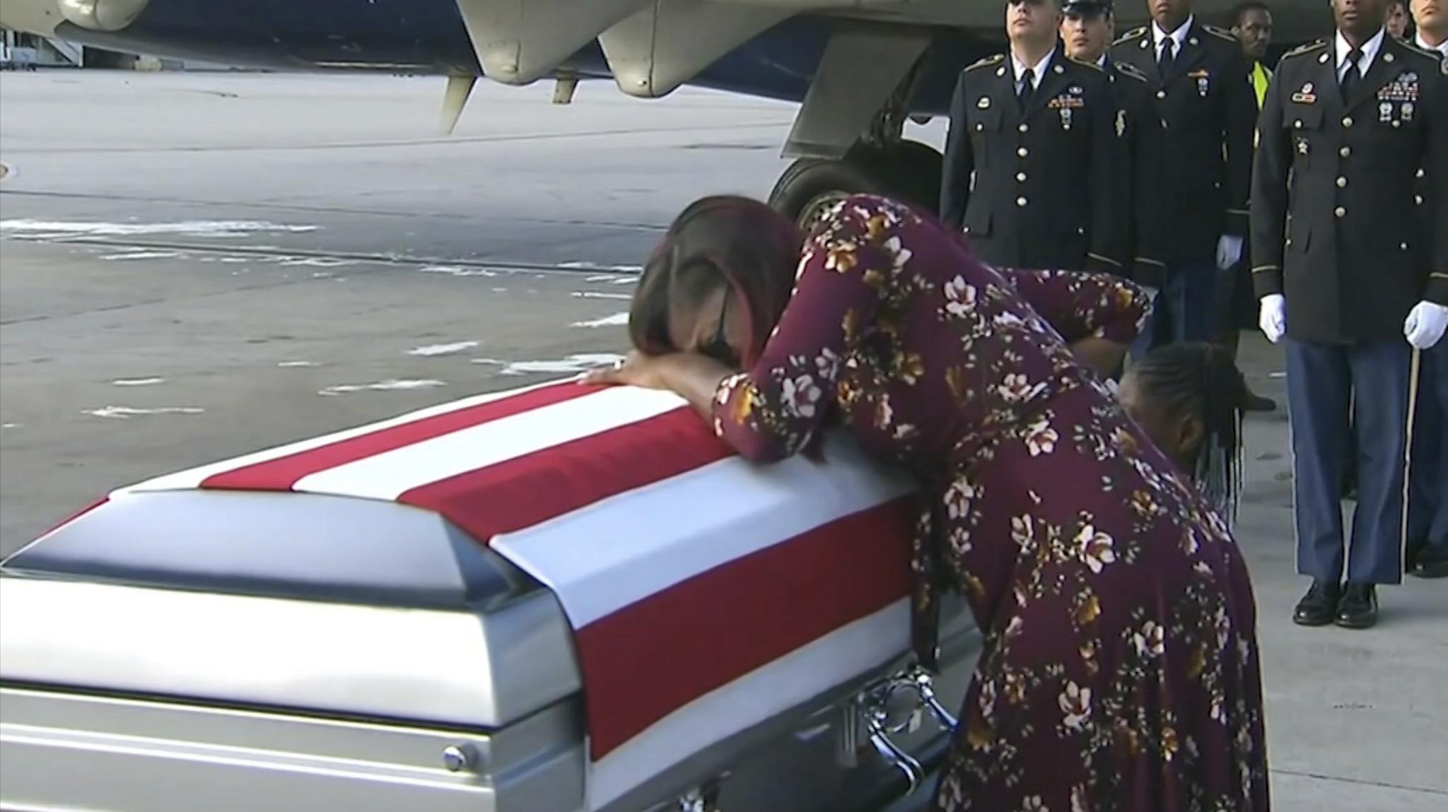 Myeshia Johnson trauert um ihren toten Mann David Johnson (†) am Flughafen von Miami