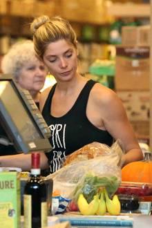 """""""Twilight""""-Star Ashley Greene wird beim Einkaufen erwischt: Hauptsächlich gesunde Sachen sind auf dem Band zu sehen - Bananen, Beeren, Radieschen, ein Kürbis; dafür ein Daumen hoch!"""