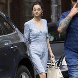 Mitte September zeigte sich Selena Gomez in New York in einem hellblauen Sommerkleid. Nun trug sie dieses Kleid wieder, jedoch sieht die 25-Jährige wirklich erschreckend schlank aus und soll einige Kilos verloren haben