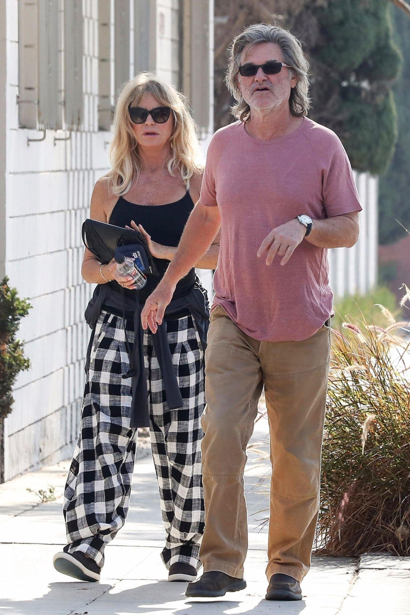 Liebesgrüße aus Floddywood: Goldie Hawn und Kurt Russell strengen sich fernab vom roten Teppich nicht sonderlich an, als eines der führende Style-Paare Hollywoods rüberzukommen. Die beiden ziehen lieber in Schlabber-Klamotten durch Santa Monica.