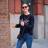 Im entspannten Jeans-Pulli-Look schlendert Jennifer Garner gut gelaunt mit einem Eistee in der Hand durch New York.