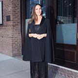 Abends wird es mit Jennifer Garner im schwarzen Fransen-Dress unter dem stylischen Cape-Blazer dann richtig elegant.