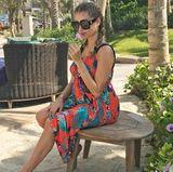 In Dubai verhüllt Cathy Hummels ihre Babykugel in einem kunterbunten Kleid von H&M
