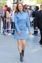Smile! Mit diesem festen Denim-Dress mit Knopfleiste verbreitet Julianne Moore in New York beste Laune.