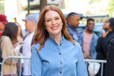 Smile! Mit diesem festen Denim-Dress mit Knopfleiste verbreitet Julianne Moore in New York beste Laune.