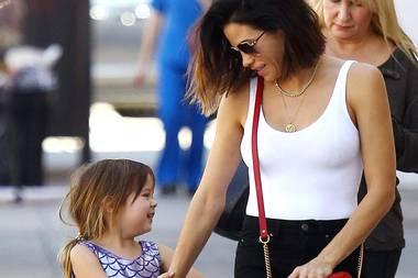 16. Oktober 2017  Die schöne Jenna Dewan Tatum, Ehefrau von Hollywoodstar Channing Tatum, zieht an diesem Tag in Los Angeles wohl nicht alle Blicke auf sich. Schuld daran ist ihre zuckersüße Tochter Everly im lustigen Fisch-Body.
