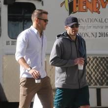 20. Oktober 2017  Aus zwei Schauspiel-Kollegen (Life) sind gute Freunde geworden: Auch nach den Dreharbeiten werden die Hollywoodstars Ryan Reynolds (l.) und Jake Gyllenhaal gemeinsam gesichtet, wie hier beim gemütlichen Spaziergang und Kaffee.