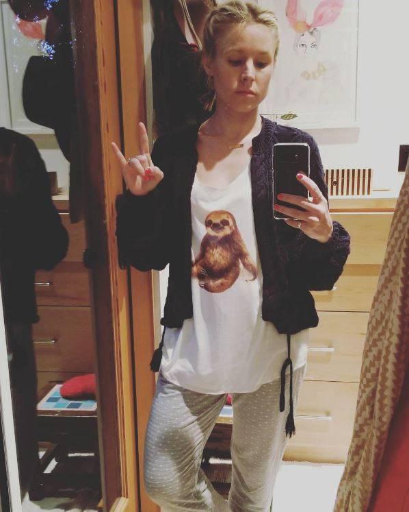 Schauspielerin Kristen Bell zeigt sich mit einem Faultier-Druck auf dem Shirt. Ihrem gemütlichen Schlabberlook nach zu urteilen, steht an diesem Tag das Motto Faulenzen an.