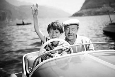 """21. Oktober 2017: Oliver Grimm (69 Jahre)  Der Kinderstar der 50er Jahre ist tot. An der Seite von Heinz Rühmann (r.) spielte Grimm 1955 die Rolle des kleinen Ulli im Film-Hit """"Wenn der Vater mit dem Sohne"""".Weitere Familienfilme mit ihm in der Hauptrolle folgten bis ins Jugendalter. Als Erwachsenem blieben Oliver Grimm die Erfolge seiner Kindheit leider verwehrt."""