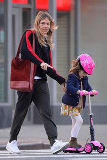 18. Oktober 2017   Unterwegs mit ihrem süßen Scooter-Girl: Im gemütlichen Schlabberlook bringt Schauspielerin Sienna Miller ihre Tochter Marlowe zur Schule.