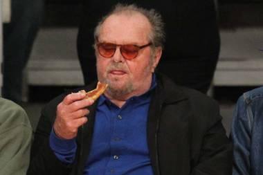 Mmh, das sieht aber lecker aus. Jack Nicholson scheint seinen kalorienreichen Snack während eines Lakers-Spiels zu genießen. Aufpassen muss der Hollywoodstar bloß auf sein Hemd, welches um die Bauchgegend ganz schön zu spannen scheint...