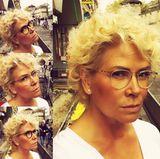 Claudia Effenberg möchte eine neue Brille kaufen und bittet ihre Fans um Rat. Deswegen postet sie mehrere Fotos mit verschiedenen Modellen. In erster Linie sticht jedoch ihr neuer Hairstyle ins Auge. Die Blondine trägt ihr kurzes Haar jetzt dauergewellt.
