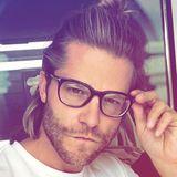 """Verschmitzt schaut der """"Bachelor"""" Paul Jahnke durch seine XL-Hornbrille in die Kamera."""