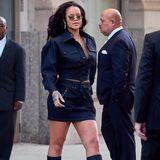 Auch Rihanna scheint den Trend zu mögen: Sie kombiniert eine grüne Brille mit schmalen Gläsern, zu ihrem Denim-Komplett-Look.