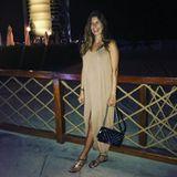 Strahlend schön genießt Cathy Hummels in einem nudefarbenen, weiten Tunikakleid einen Abend im Dubai-Urlaub. Flache Sandalen und die It-Bag von Chanel runden das entspannte Outfit der werdenden Mama ab.