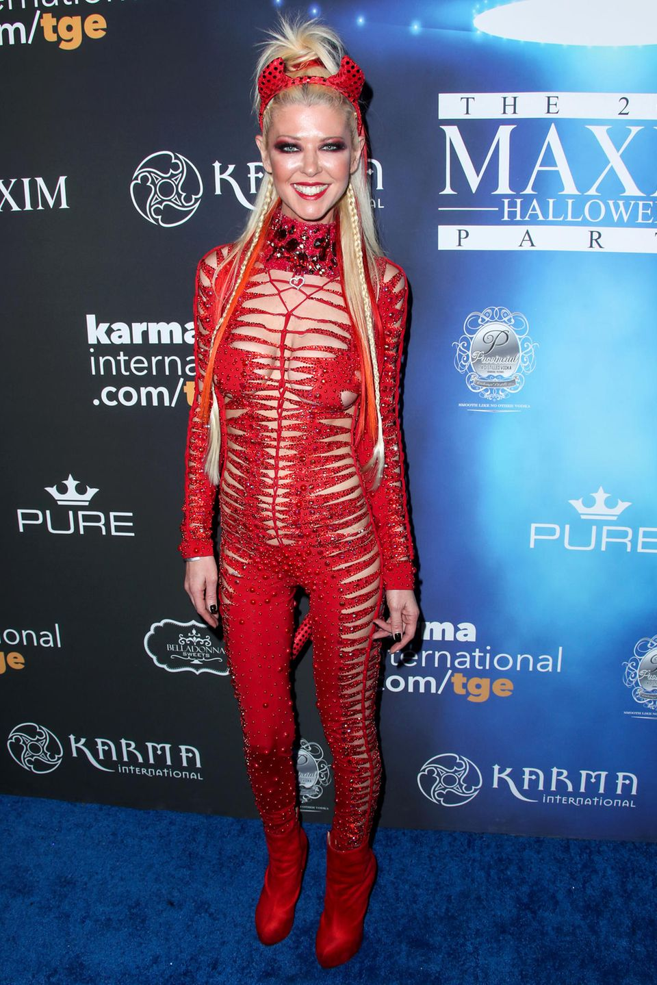 """Die Zeitschrift """"Maxim"""" lädt in Los Angeles zur Halloween Party. Tara Reid versucht sich als sexy Teufelchen und trotzdem ist dieser Anblick zum Fürchten."""