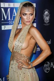 Das ist aber mal ein gewagtes Halloween-Kostüm! Model Joanna Krupa zeigt in diesem Kleid wirklich alles, was sie obenrum so hat. Tja ... Wer kann, der kann