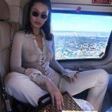 Ob Model Bella Hadid ihr Outfit auf die Inneneinrichtung des Fliegers abgestimmt hat? Nichtsdestotrotz schaut man vor allem auf ein nicht vorhandenes Detail: Bella verzichtet getrost auf ihren BH und zeigt das auch gerne allen