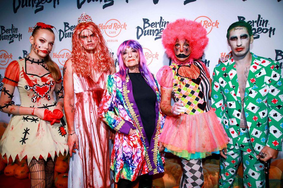 Im Berliner Dungeon feiert Natascha Ochsenknecht ihre legendäre Halloweenparty. Schaurig schön zeigt sich die Familie auf dem Red Carpet (Cheyenne Ochsenknecht, Wilson Gonzalez Ochsenknecht,Bärbel Wierichs, Natascha Ochsenknecht und Umut Kekilli).
