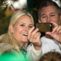 Prinzessin Mette-Marit strahlt in eine Kamera in Oslo.