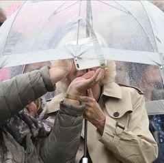 Komm unter meinen Schirm! Für ein gemeinsames Foto im englischen Schmuddelwetter geht auch das mit Herzogin Camilla.
