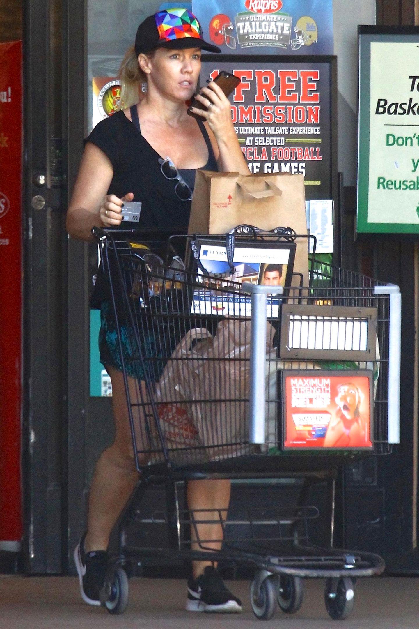Schauspielerin Jennie Garth rollt ihren gut gefüllten Einkaufswagen aus einer Ralphs-Filliale in Los Angeles.