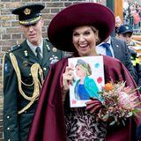 24. Oktober 2017  Königin Máxima bekommt von einem Fan bei ihrem Besuch der Provinz Eemland ein selbstgemaltes Portät und freut sich über dieses Geschenk riesig. Ist ja auch gut getroffen.