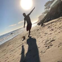 Obwohl der Fußball ihn zum Star gemacht hat, sieht man David Beckham heute nur sehr selten kicken - wie an diesem sonnigen Strand.