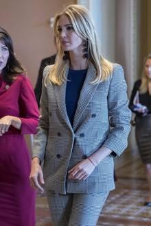 """Zu einem Briefing in Washington erscheint """"First Daughter"""" Ivanka Trump in einem schicken Zweiteiler von Zara. Ihren zweireihigen, karierten Blazer für 89,99 Euro kombiniert sie mit der passenden Hose für 49,99 Euro. Ein Look, der nicht nur wegen seines guten Aussehens begeistert - nachdem sich Ivanka oft wegen ihres Luxus-Lifestyles rechtfertigen musste, werden die Steuerzahler mit Begeisterung feststellen, dass sie auch mal Schnäppchen macht."""