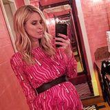 """""""Pretty in Pink"""" und bald zum zweiten Mal Mama: Hotelerbin Nicky Hilton posiert in einem Printkleid von Valentino auf der Toilette des angesagten Londoner Restaurants Chiltern Firehouse."""