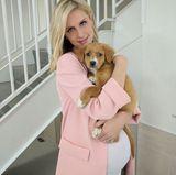 Ein Bild, das pures Entzücken auslöst: Nicky Hilton posiert mit Babybauch, einem rosaroten Mantel und niedlichen Hundewelpen für ihre Instagramcommunity.