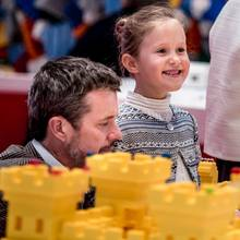 Prinzessin Josephine strahlt beim Blick über eine knallgelbe Lego-Burg.