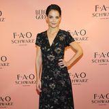 """Strahlend schöner Auftritt! Katie Holmes sieht ganz bezaubernd aus beim Launch der """"FAO Schwarz holiday collection"""" in New York. Und ja, sie haben richtig gesehen: Die Schauspielerin hat jetzt eine Kurzhaarfrisur ..."""