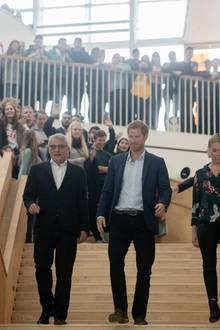 Dänemark, Tag 2  Alle Schüler wollen einen Blick auf den royalen Besucher werfen.