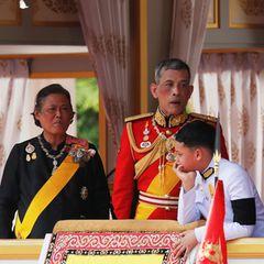Thailands neuer König Maha Vajiralongkorn und seine Schwester Prinzessin Sirindhorn beobachten die Prozession mit anderen Mitgliedern der königlichen Familie.
