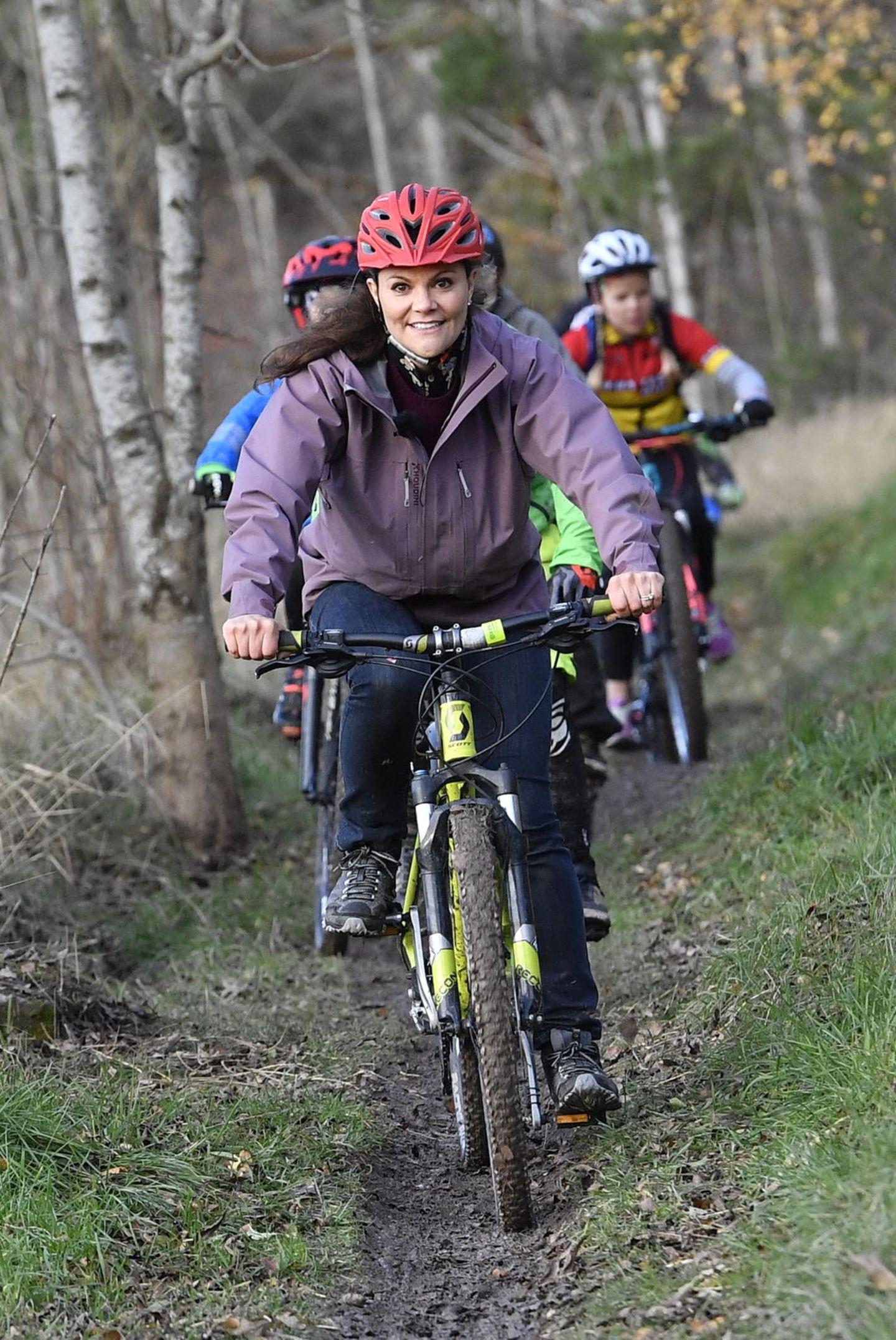26. Oktober 2017  Kronprinzessin Victoria ist sportlich aktiv in einem Naturreservat in Östergötland, wo verschiedene Vereine Aktivitäten mit ihr teilen.