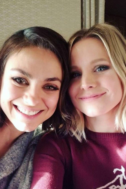 Mila Kunis und Kristen Bell  Diese zwei hübschen Damen verstehen sich prächtig: Schauspielerinnen Mila Kunis und Kristen Bell teilen nicht nur dieselbe Frisur, sondern auch eine innige Freundschaft.