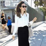 Klasse Look: Schauspielerin Angelina Jolie beweist in einem klassischen Outfit ihr Stilgespür wieder einmal aufs Neue. Zur schlichten, weißen Bluse kombiniert sie einen engen, schwarzen Pencil-Skirt, eine große Sonnenbrille und nudefarbene Accessoires. Doch wieder einmal fällt leider auf, wie schmal Angelina ist.