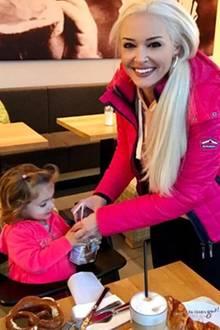 27. Oktober 2017  Erstmal eine Pause beim Bäcker einlegen: Die Damen, Daniela Katzenberger und Tochter Sophia, in gewohntem Pink, der Mann , Lucas Cordalis, in sportlichem Grau.