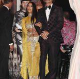 """Erkennen Sie das Star-Paar, als das sich Kim Kardashian und ihr bester FreundJonathan Cheban hier verkleidet haben? Kleiner Tipp: Das Gesangsduo landete 1965 mit """"I Got You Babe"""" einen Welthit.    Na, klingelt es? Es sind Cher und Ex-Ehemann Sonny Bono."""