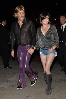 """""""Beverly Hills 902102-Star Shannen Doherty schlägt in sexy Hotpants auf, Ehemann Kurt Iswarienko in lilafarbener Latexhose und transparentem Glitzerhemd. Selbst für Halloween ein mutiges Outfit."""