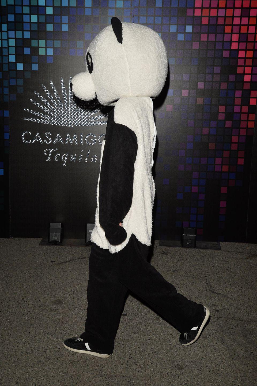 """Ebenfalls als Tier ist Hollywoodstar Adrien Brody unterwegs, der sich laut """"Splashnews"""" unter diesem Panda-Anzug verbergen soll. Im Gegensatz zu Seth MacFarlane bleibt er aber lieber inkognito."""